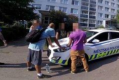Strážníci zadrželi muže, kteří napadli ochranku obchodu.