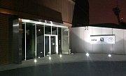 Praha - Policejní zásah v sídle FAČR na pražském Strahově pokračuje. V centrále jsou stále ještě i ve středu v noci policisté. Přenosový vůz zde zakotvila i televize. Všichni s napětím očekávají, co přinesou další hodiny vyšetřování. I zde hledají detekti