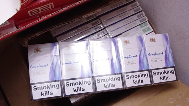 Úlovek byl bohatý: celníci z odboru pátrání zajistili téměř 20 tisíc krabiček nezdaněných cigaret, 10 kilogramů řezaného tabáku a k tomu ještě 200 litrů alkoholu.