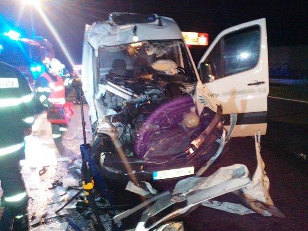 Tragická dopravní nehoda dodávky a kamionu zastavila v noci provoz na 16,5. kilometru D1.