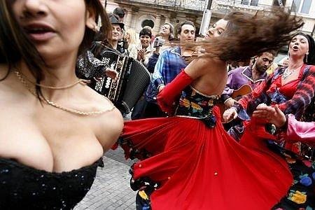 Na slavnostech vystoupí řada hudebních i tanečních skupin. Foto pochází z jiného tradičního festivalu Khamoro.