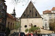 Vysoká synagoga stojí na snímku vlevo od Staronové, kam ústí tři vysoká okna. Mimo tří oken na severní straně byla také dvě okna na východní, směrem do (dnes již neexistující) uličce V kolnách (zanikla během asanace).