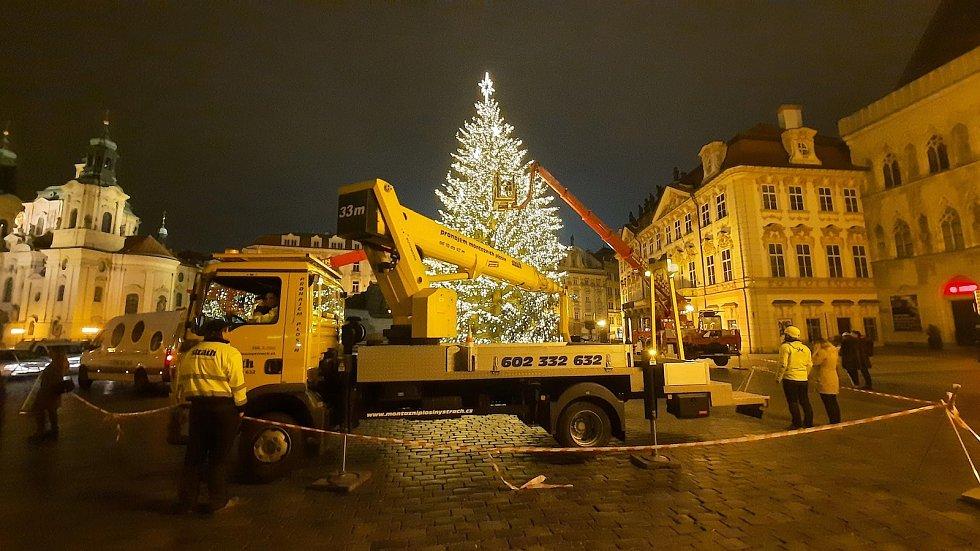 Cvičné rozsvícení vánočního stromu v Praze na Staroměstském náměstí 26. 11. 2020.