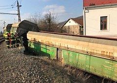 Vykolejený nákladní vlak v Radotíně.
