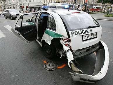 Ani sami policisté se občas nevyhnou havárii.