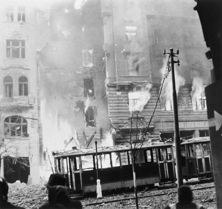 Bombardování. Ničivý účinek bomb nepocítila pouze Moravská ulice, ale také Vinohradská. Nespočet domů muselo být po spojeneckém bombardování v roce 1945 odklizeno.