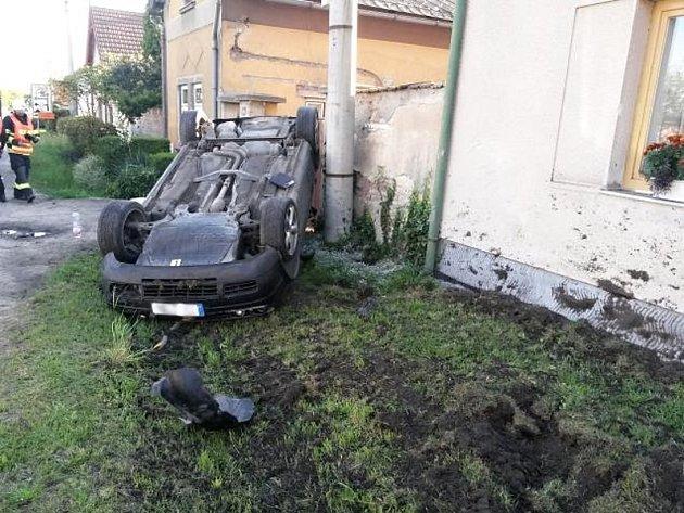 Osobní vozidlo skončilo v obci Dřísy po nehodě na střeše.