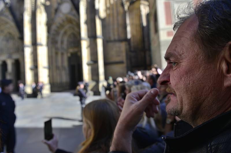 Ve svatovítské katedrále se konala zádušní mše za Karla Gotta, kam mohli jen pozvaní hosté. Fanoušci čekali na třetím nádvoří Pražského hradu.