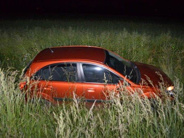 Muž bez papírů ujížděl v kradeném autě desítky minut