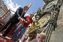 Primátor Pavel Bém a pražský orlojník Otakar Zámečník společně umístili 12. června zrestaurovanou sochu Hvězdáře, která byla před časem poškozena neznámým vandalem, zpět na Staroměstský orloj.