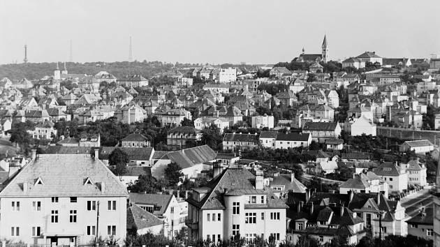 Ořechovka – Ořechovka se od dob první republiky příliš nezměnila. Na kopci vpravo je vidět kostel sv. Norberta, v jehož okolí se také nacházela opatrovna Norbertinum.
