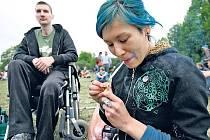 JEN TAK SI DÁT JOINTA. Lidí experimentujících s takzvanými měkkými drogami rok od roku přibývá.