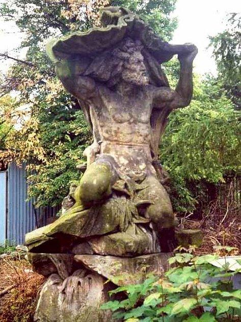 Socha Neptuna, která byla nalezena v zahradě tvrzi Třebotov, poputuje zpátky do vlastnictví Prahy 2.