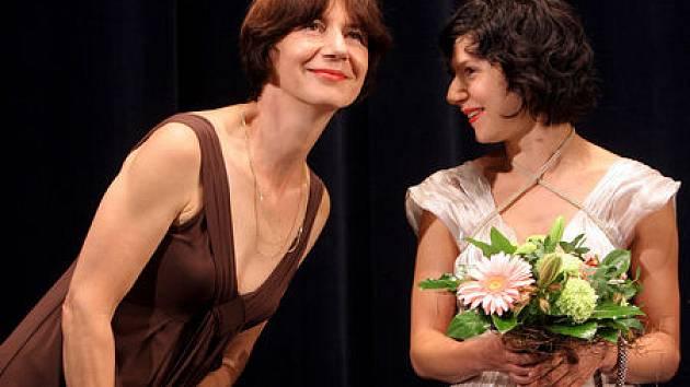 NA PREMIÉŘE. Michaela Pavlátová (vlevo) dnes uvede do kin své Děti noci. Do hlavní dívčí role obsadila Marthu Issovou, která na letošním karlovarském festivalu získala za přesvědčivé ztvárnění Ofky Cenu za nejlepší herecký výkon.