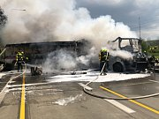 Při nehodě autobusu a kamionu s návěsem na Pražském okruhu došlo k velkému požáru a zemřel člověk.