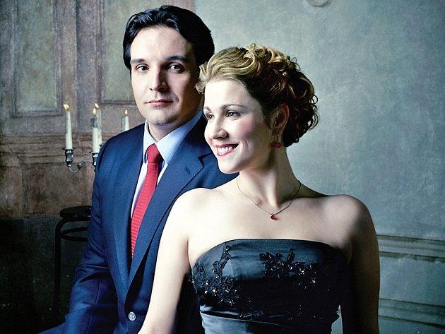 Basbarytonista Adam Plachetka a sopranistka Kateřina Kněžíková.