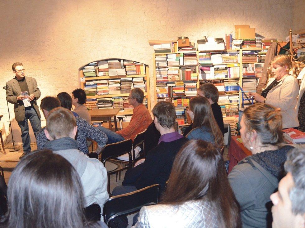 Večer k památce 150. výročí narození Antonína Sovy, vystupují básníci s ptačími jmény. Uvádí Josef Straka, vpravo stojí Bernie Higgins – oba z řad koordinátorů festivalu ze Společnosti poezie. Vstupným byl pytlíček zrní.