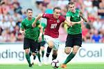 Fotbalové utkání Fortuna ligy mezi celky AC Sparta Praha  a 1. FK Příbram 19. srpna v Praze. Josef Šural se probíjí přes hráče Příbrami.