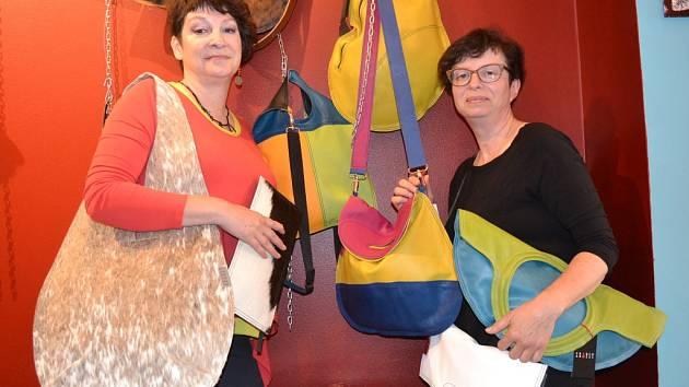 Olina Francová (vlevo) a Jitka Arazimová vyrábějí originální kabelky.