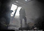 Požár části střechy a podkroví v ulici Spojenců v Horních Počernicích.