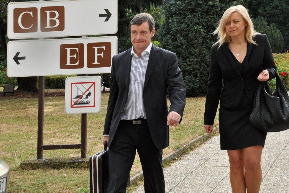 Proces s Davidem Rathem u Krajského soudu v Praze. Bývalý hejtman Středočeského kraje se svou obhájkyní Marcelou Ondřejovou.
