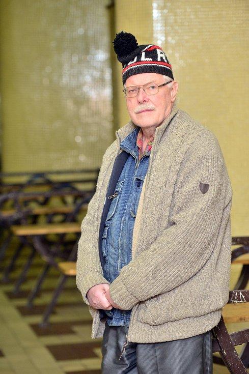 Tomáš Rezek provozuje už čtvrtstoletí stánek s železničními tiskovinami na Masarykově nádraží v Praze.