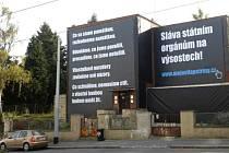 Majitel zakryl vilu na Petřinách černou fólii
