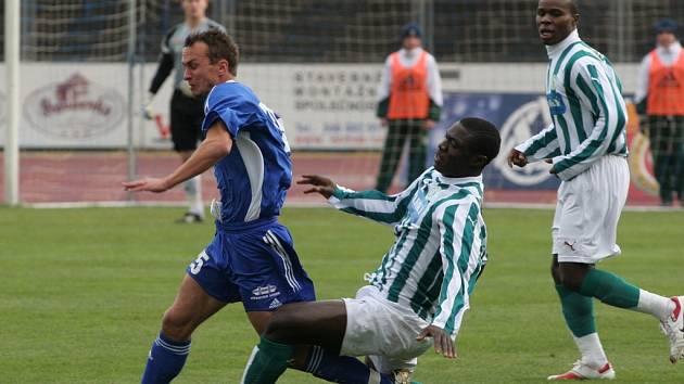 Nezastavili ho. Vítkovického Knappa se marně snaží zastavit Eric Adjei Kwamé, vpravo přihliží jeho spoluhráč z Bohemians Praha Stanley Ibe.