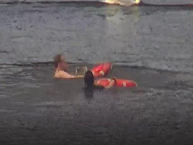 Záchrana ženy u Jiráskova mostu.