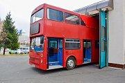 Červený doubledecker pochází z Londýna