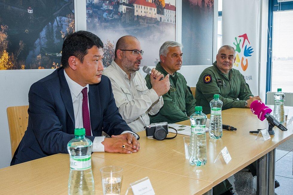 Koně přišli na letiště vyprovodit také velvyslanec Mongolské republiky Naranbat Nyamaa a velitel vzdušných sil Armády ČR genmjr. Ing. Jaromír Šebesta.