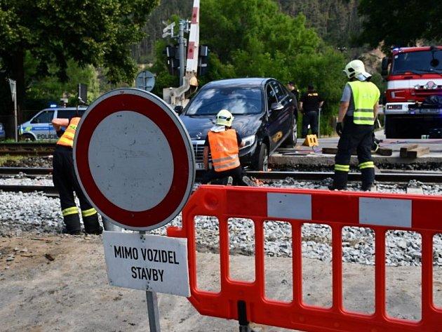 Mercedes uvázl na přejezdu v Karlštejně.