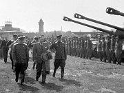 Přílet – Československá vláda přistála na kbelském letišti 10. 5. 1945 při cestě z Košic. Na fotce je její předseda Zdeněk Fierlinger (uprostřed) v doprovodu sovětského generála P. S. Rybalka (vlevo) a generála D. D. Bachmetěva, náčelníka tankové armády.