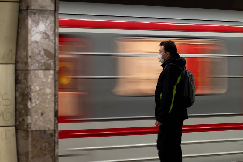 Cestující musí povinně nosit v pražské MHD roušky nebo si jinak zakrývat nos a ústa