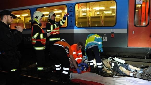 Záchrana vážně zraněného muže, který se zřítil z výšky do kolejiště na hlavním nádraží v Praze.