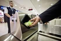 Pracovníci Letiště Václava Havla Praha předvedli postup při ověřování bezpečnostní nezávadnosti pro přepravu v letadle povolených tekutin a gelů nad 100 mililitrů, jako je dětská strava a léky, které se budou kontrolovat pomocí speciálních skenerů.