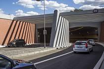 Tunel Blanka si řidiči zatím mohou spíše pochvalovat. Užitek by z ní ale měli mít také chodci a cestující městské hromadné dopravy. To zatím neplatí.