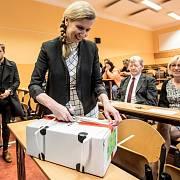 Ministryně školství Kateřina Valachová zahájila 12. dubna první ročník jednotných přijímacích zkoušek na Střední průmyslové škole Preslova na pražském Smíchově. Na snímku otevírá schránku s uloženými písemnými testy.
