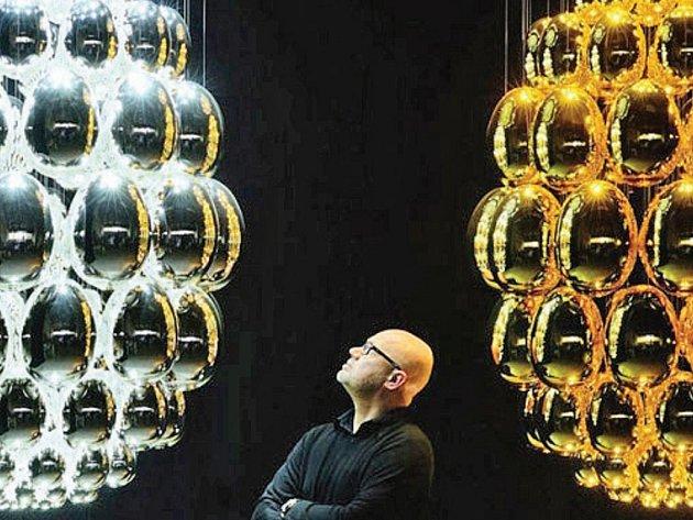 Tvorba současných českých designerů, mimo jiné třeba lustr UOVO od Ronyho Plesla, je do konce března vystavena v Tančícím domě v Praze. Dům by se prý do budoucna měl stát místem, kam budou lidé chodit za moderní českou uměleckou tvorbou.