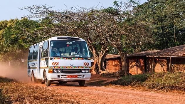 Toulavý autobus zprostředkovává cesty kamerunských školáků za poznáním goril.