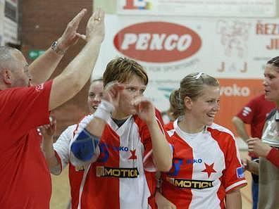 Házenkářky DHC Slavia Praha po utkání se Sport Slokov Veselí na Moravě; zleva Marta Adámková, Jana Kleperádová a brankářka Eva Průšová.