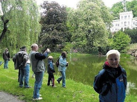 PO BUDOUCÍ STEZCE. Autoři připravované naučné stezky představili čtyřkilometrový okruh po zajímavých místech čtvrti obyvatelům Malešic i ostatním zájemcům včera odpoledne. Po nové stezce vyrazilo okolo 250 lidí. Největší úspěch měla botanická zahrada s Ji
