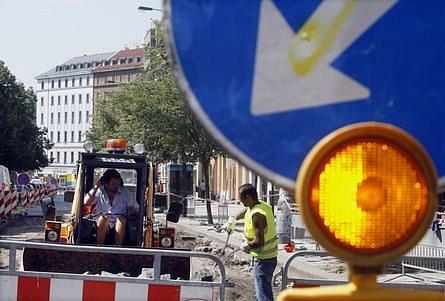 Uzavírky a výluky na pražských silnicích řidiče netěší. Letní prázdniny jsou však k opravám silnic ve městech nejvhodnějším obdobím.