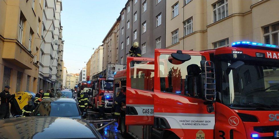 Hasiči zasahovali u požáru v Holešovicích.