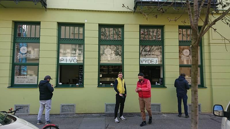 Restaurace Globus otevřela okénka pro výdej jídla a nápojů.