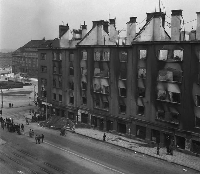 Pražské povstání.Zničené budovy na Pankráci.