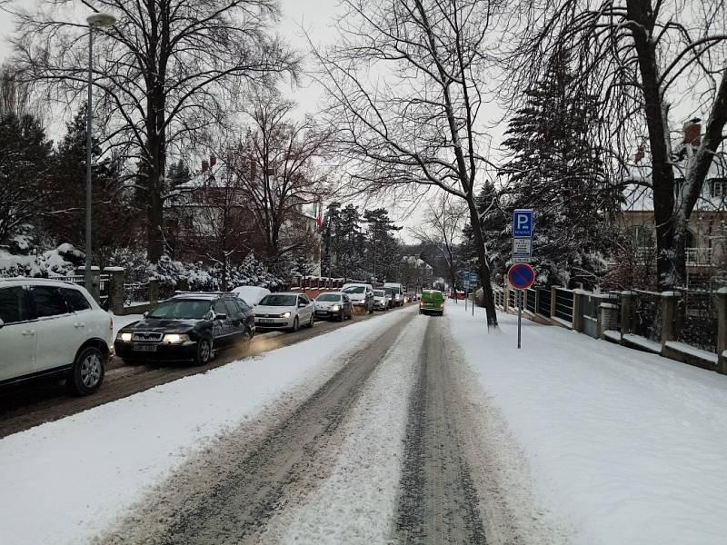 Sněhová kalamita komplikuje 8. února 2021 dopravu v Praze a okolí. Snímek je z ulice Pevnostní.