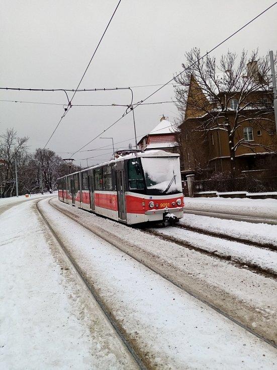 Sněhová kalamita komplikuje 8. února 2021 dopravu v Praze a okolí. Snímek je ze zastávky Hládkov směr Malovanka.