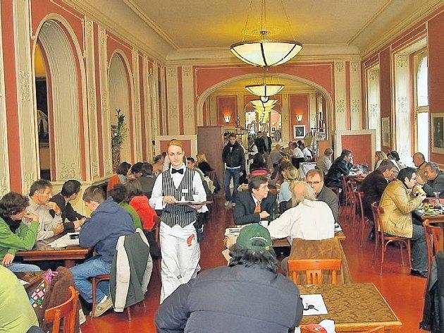 Den začíná pro mnoho lidí velmi podobně – když se nestihnou nasnídat doma, využijí pohostinnosti kaváren. Někdy je dobré myslet dopředu a objednat si místo.