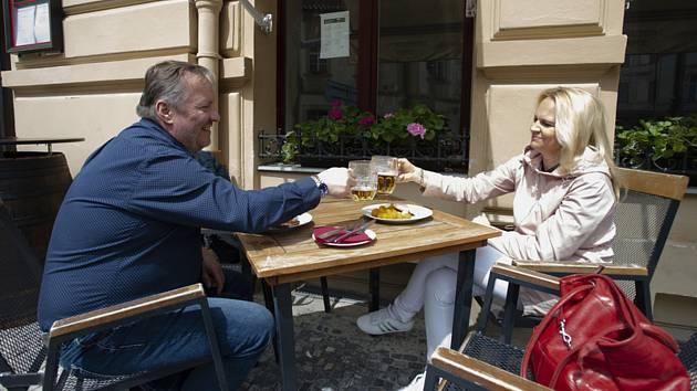 Hosté sedí na jedné z restauračních zahrádek v centru Prahy, které se 17. května 2021 mohly otevřít po uvolnění protikoronavirových opatření.